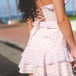 beyaz spor ayakkabı ile elbise kombini