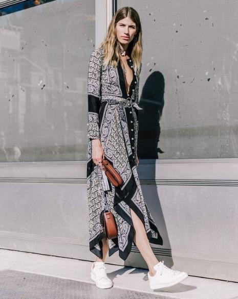 Desenli Elbise Spor Ayakkabı Kombini Trendler Ve Moda