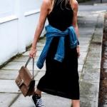 siyah penye elbise ile spor ayakkabı kombini