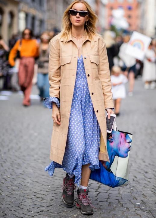 Midi Elbise Spor Ayakkabı Kombini Trendler Ve Moda