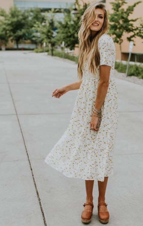 çiçek desenli beyaz yazlık elbise modeli 2019