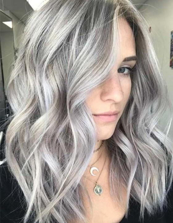 ince telli saçlar için metalik gri katlı orta boy saç modeli