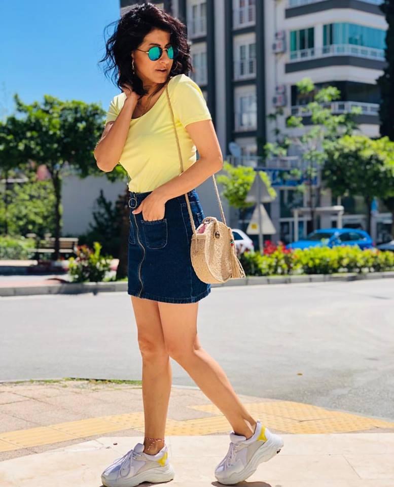 kot etek ve sarı tişört kombini 2019 20