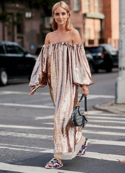 parlak düşük omuz elbise modeli