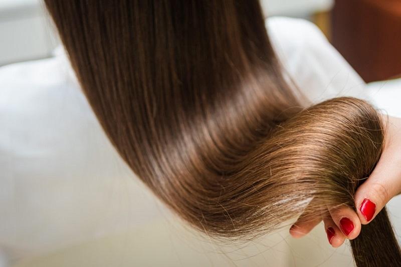 Kıvırcık Saçları Doğal Yöntemlerle Düzleştirme